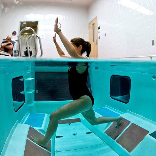 Woman-underwater-evaluation